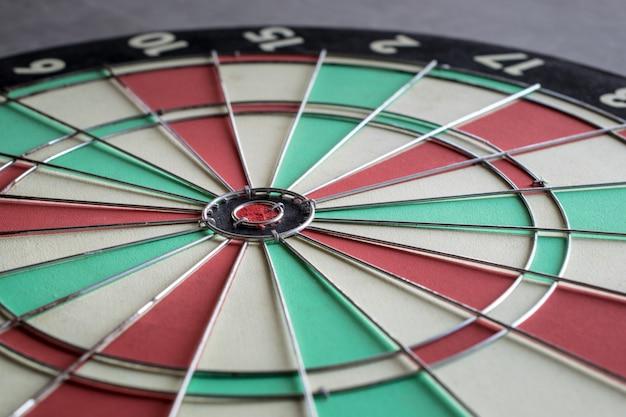Bouchent bullseye sur le concept de fond marketing cible jeu de fléchettes défi. Photo Premium