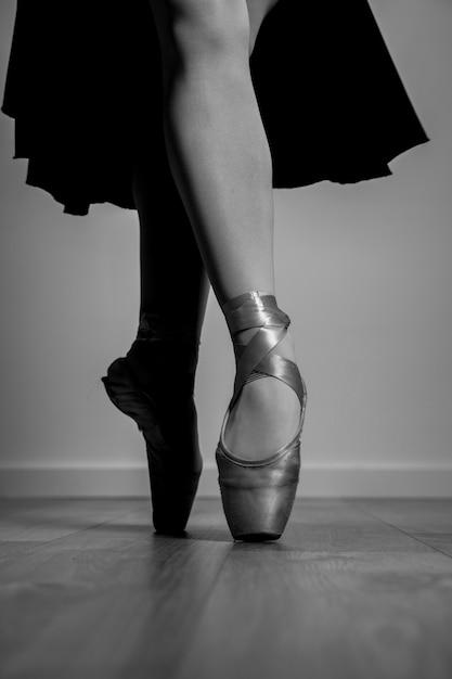 Bouchent les chaussures de pointe en niveaux de gris Photo gratuit