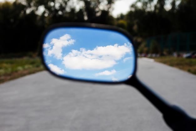 Bouchent le ciel dans le miroir de la moto Photo gratuit