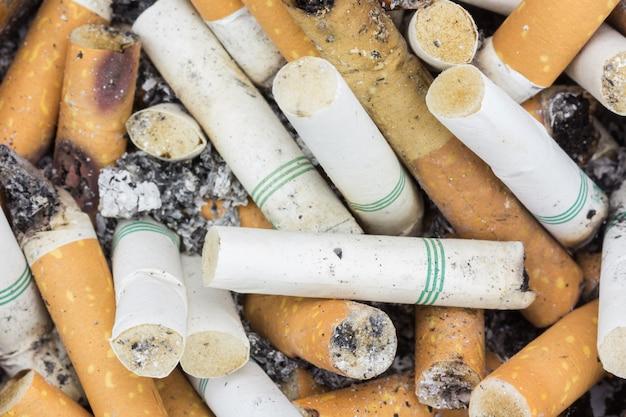 Bouchent les cigarettes dans le cendrier Photo Premium