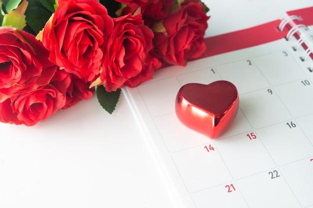 Bouchent coeur rouge calendrier avec rose rouge, concept de valentine Photo Premium