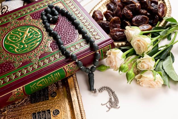 Bouchent le coran et le bouquet de fleurs Photo gratuit