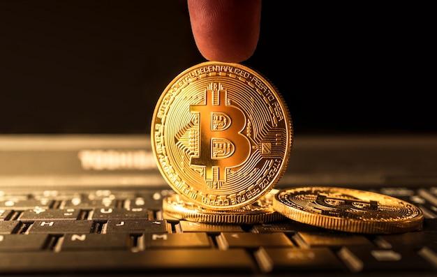 Bouchent la crypto de monnaie d'or bitcoin coin concept. Photo Premium