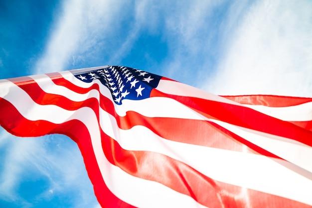 Bouchent le drapeau des états-unis d'amérique sur le fond de ciel bleu. jour de l'indépendance des états-unis, 4 Photo Premium