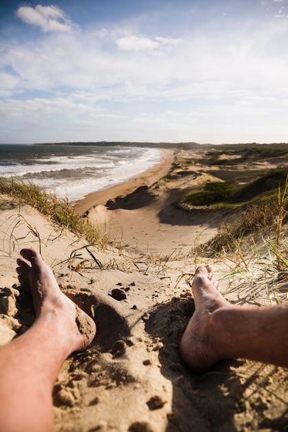 Bouchent les jambes au paysage de plage Photo gratuit