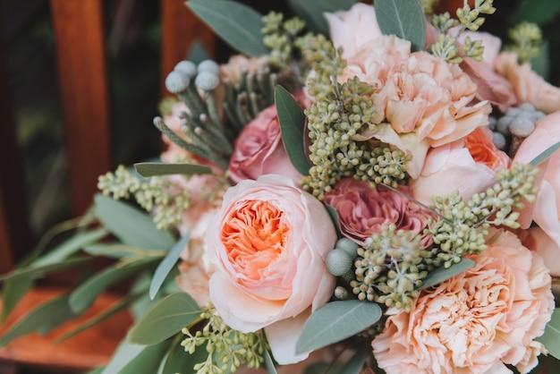 Bouchent Un Magnifique Bouquet De Mariage Contenant De L'eucalyptus Et Des Pivoines Photo Premium