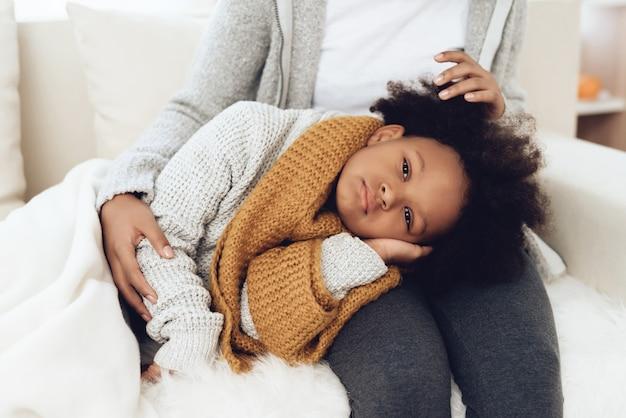 Bouchent la mère afro-américaine avec l'enfant malade. Photo Premium