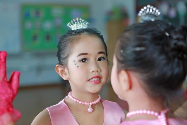 Bouchent Petite Fille Ballerine Dans Un Tutu Rose Posant Avec Reflet Miroir Photo Premium