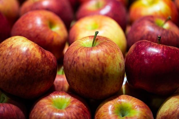 Bouchent les pommes rouges dans un étal de marché Photo Premium