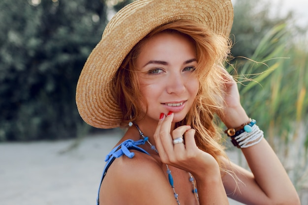 Bouchent Le Portrait D'été De La Belle Femme Joyeuse Au Chapeau De Paille Reposant Sur La Plage Ensoleillée En Vacances. Ambiance Tropicale. Photo gratuit