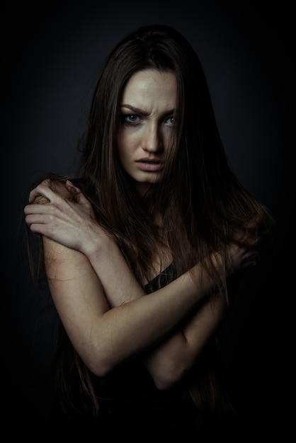 Bouchent Le Portrait D'une Femme Triste Avec Les Mains Croisées Photo Premium