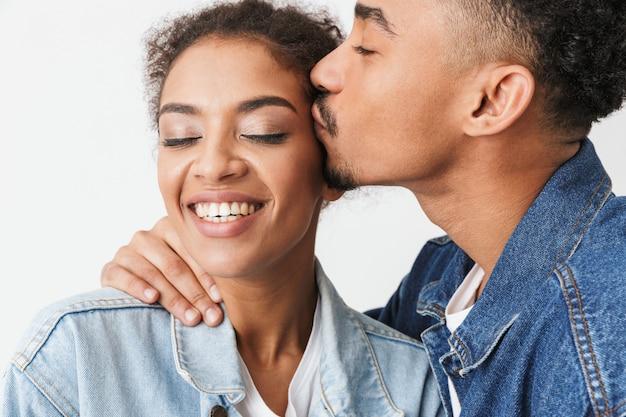 Bouchent Le Portrait D'un Heureux Jeune Couple Africain S'embrasser Photo Premium