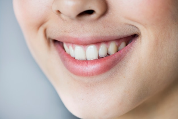 Bouchent portrait de jeune fille asiatique dents souriant Photo gratuit
