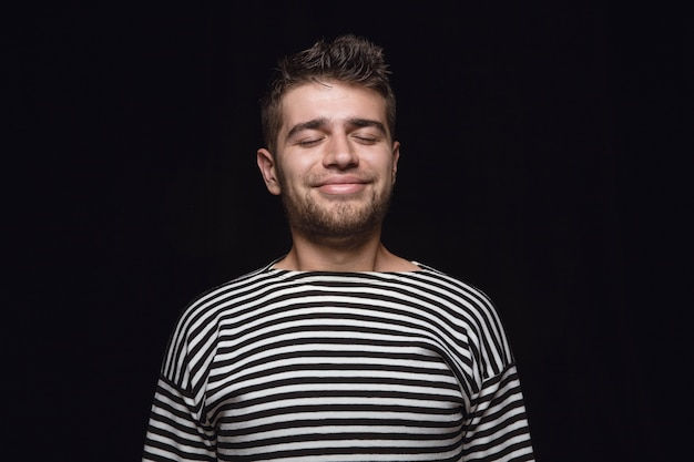 Bouchent Le Portrait De Jeune Homme Isolé. Modèle Masculin Aux Yeux Fermés. Penser Et Sourire. Expression Faciale, Concept D'émotions Humaines. Photo gratuit