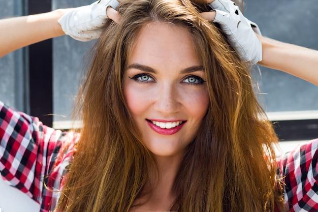 Bouchent Le Portrait De Mode D'été Ensoleillé De Mode De Jolie Jeune Femme Incroyable Avec Des Taches De Rousseur, Un Maquillage Sexy Brillant Et Des Poils Longs Moelleux Photo gratuit