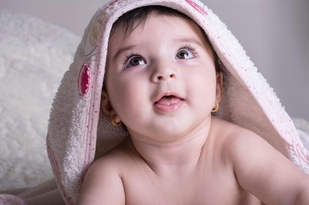 Bouchent le portrait d'un petit bébé avec une serviette de bain blanche Photo Premium