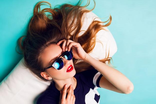Bouchent Portrait En Studio De Mode D'élégante Belle Femme Avec Des Lunettes De Soleil élégantes. Lèvres Rouges Fond Bleu. Photo gratuit