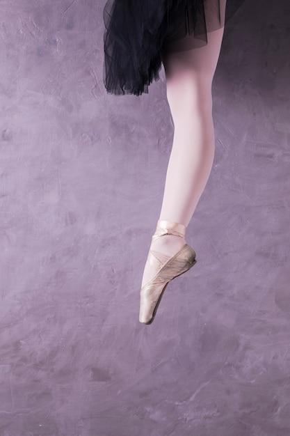 Bouchent la posture de la ballerine Photo gratuit