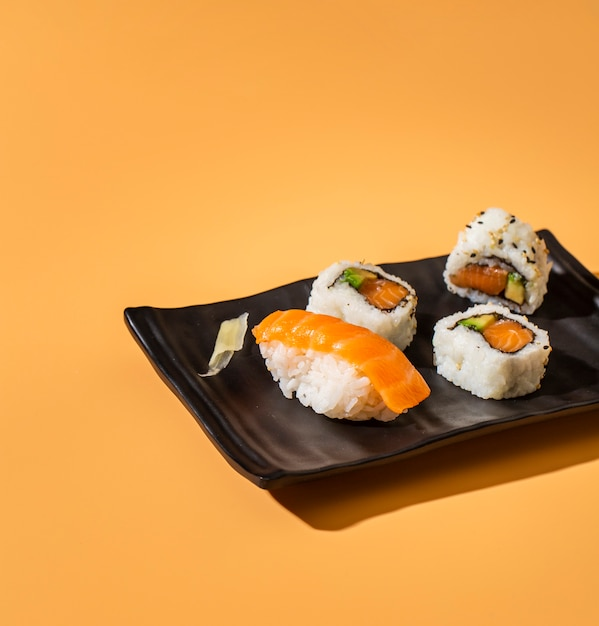 Bouchent Sushi Mix Sur Fond Jaune Photo gratuit