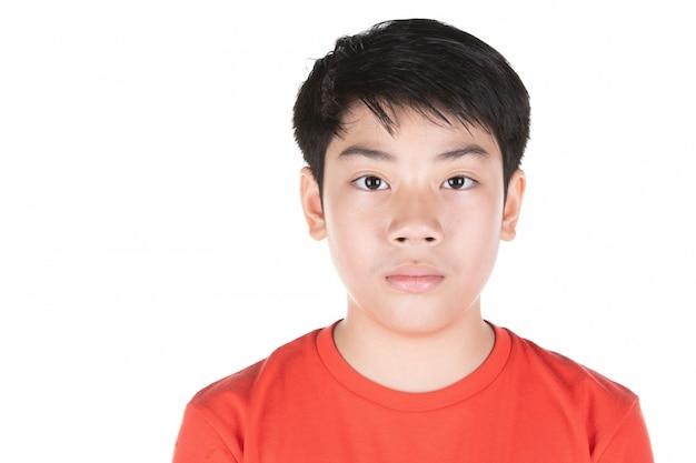 Bouchent la tête d'un garçon asiatique cheveux noirs devant. Photo Premium