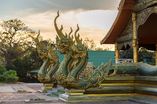 Bouchent la tête de la statue de naka ou de serpent ouvrant la bouche avec le temple phu proud Photo Premium
