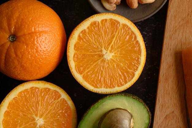 Bouchent Avec Une Tranche D'orange Fraîche Et D'avocat. Photo gratuit