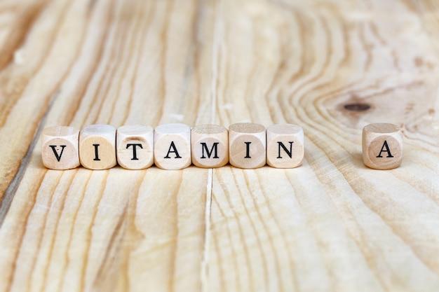 Bouchent la vitamine un mot composé de lettres en bois sur la table, concept de santé Photo Premium