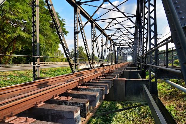 Bouchent les voies de chemin de fer fusionnent ensemble old bridge Photo Premium