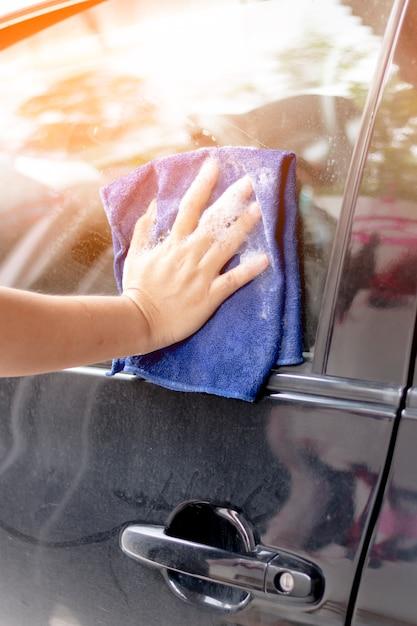 Bouchent la voiture de lavage de main de l'homme Photo Premium