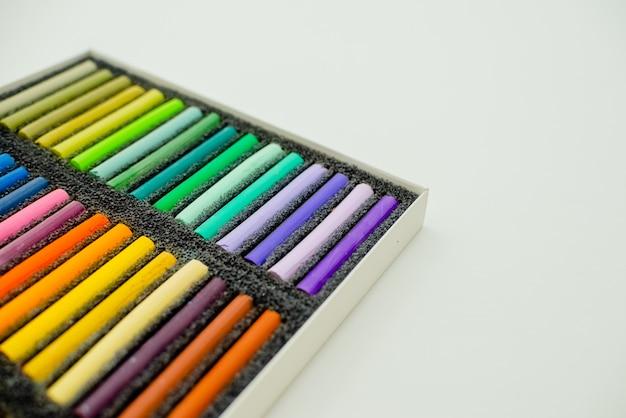 Bouchent la vue des craies pastel colorés lumineuses Photo Premium