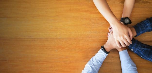 Bouchent la vue de dessus des jeunes gens d'affaires rassemblant leurs mains. travail d'équipe. concept de démarrage Photo Premium