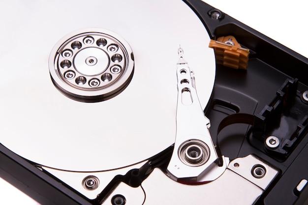 Bouchent la vue d'un disque dur d'ordinateur isolé sur fond blanc. Photo Premium