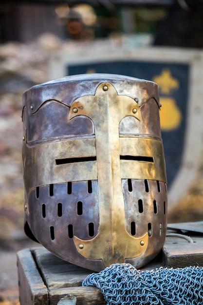 Bouchent la vue sur un grand casque de chevalier médiéval. Photo Premium