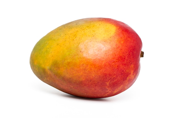 Bouchent la vue d'une savoureuse mangue isolée sur fond blanc. Photo Premium