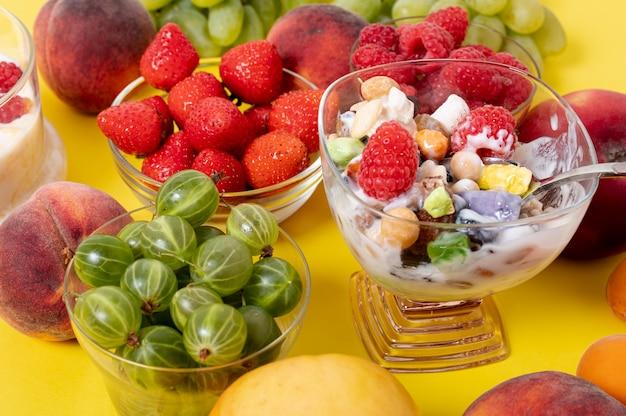 Bouchent Le Yogourt Musli Avec Arrangement De Fruits Frais Photo gratuit