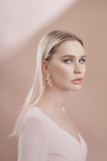 Boucles d'oreilles et bijoux à l'oreille d'une femme blonde sexy Photo Premium