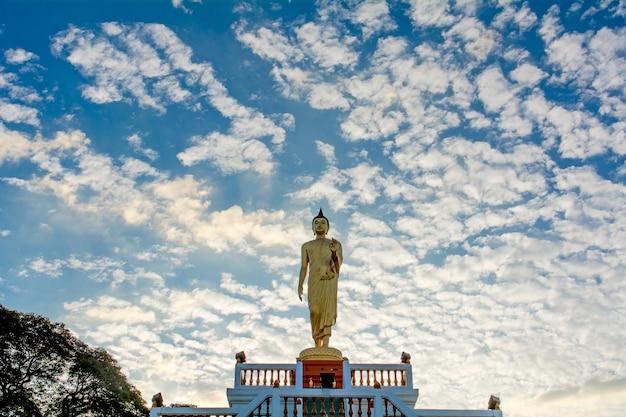 Bouddha debout et le ciel bleu, concepts religieux Photo Premium