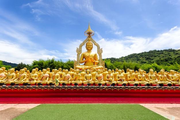 Bouddha D'or Avec 1250 Disciples Statue Au Parc Commémoratif Bouddhiste De Makha Bucha Est Construit à L'occasion De La Grande Période Photo Premium