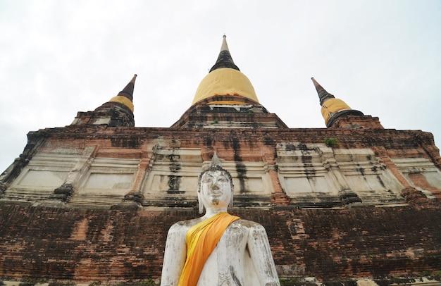 Bouddhas et pagodes à wat yai chai mongkol à ayutthaya, thaïlande Photo Premium