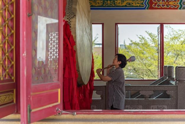 Le bouddhisme thaïlandais prie pour le culte de bienfaisance Photo Premium