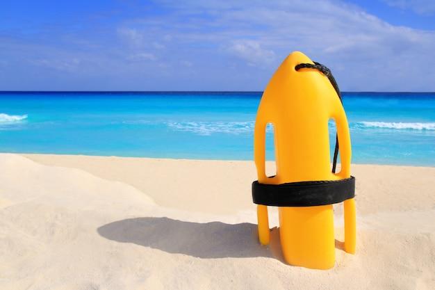 Bouée de sauvetage baywatch jaune sur une plage tropicale Photo Premium