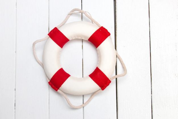 Bouée de sauvetage classique rouge et blanche Photo Premium
