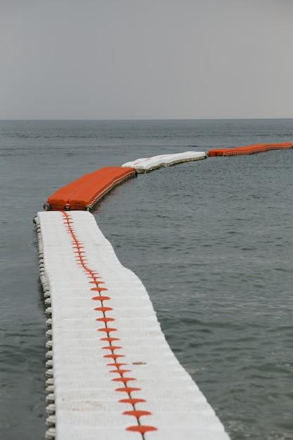 Bouées de mer, séparateur de zone de baignade sécurisée. Photo Premium