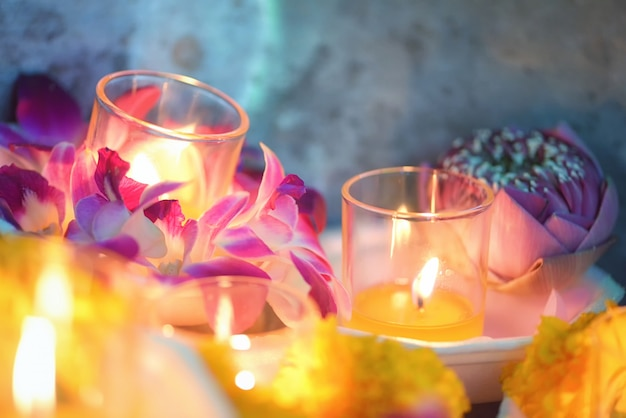 Bougie allumée, culture thaïlandaise, promenade des fleurs le jour de asalha puja, jour de magha puja, jour de visakha puja Photo Premium