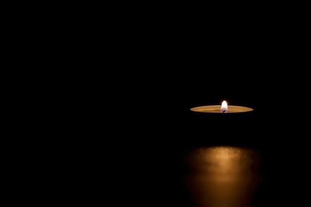 Bougie En étain Allumée Dans L'obscurité Transmettant Le Mémorial, La Mort, L'espoir Ou L'obscurité Photo gratuit