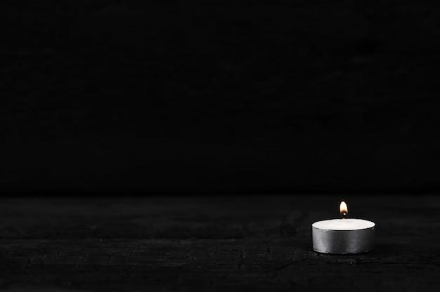 Bougie avec feu brûlant sur noir Photo Premium