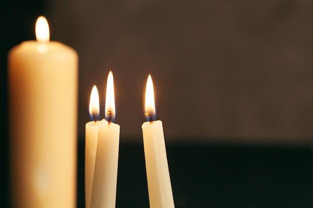 Bougie flamme bouchent sur un fond noir Photo Premium