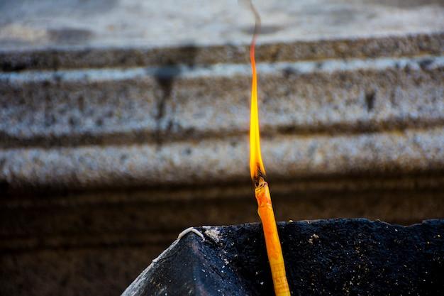 Bougie pour adorer le sacré. le respect du bouddhisme est la conviction des bouddhistes thaïlandais. Photo Premium