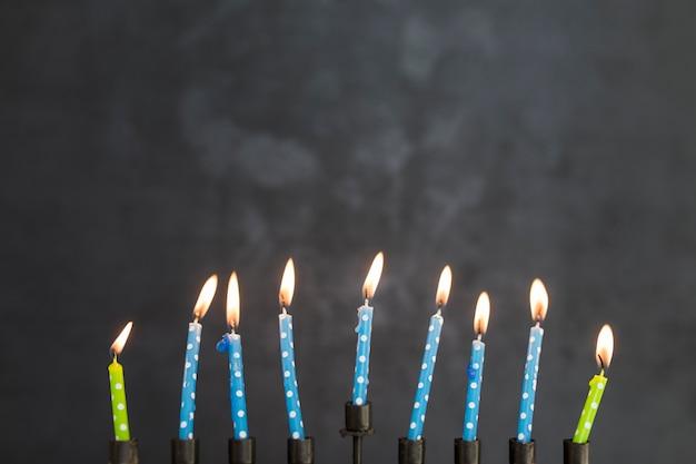 Bougies allumées de la menorah Photo gratuit