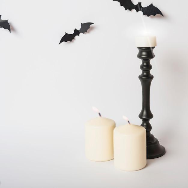 Des bougies allumées près des chauves-souris Photo gratuit